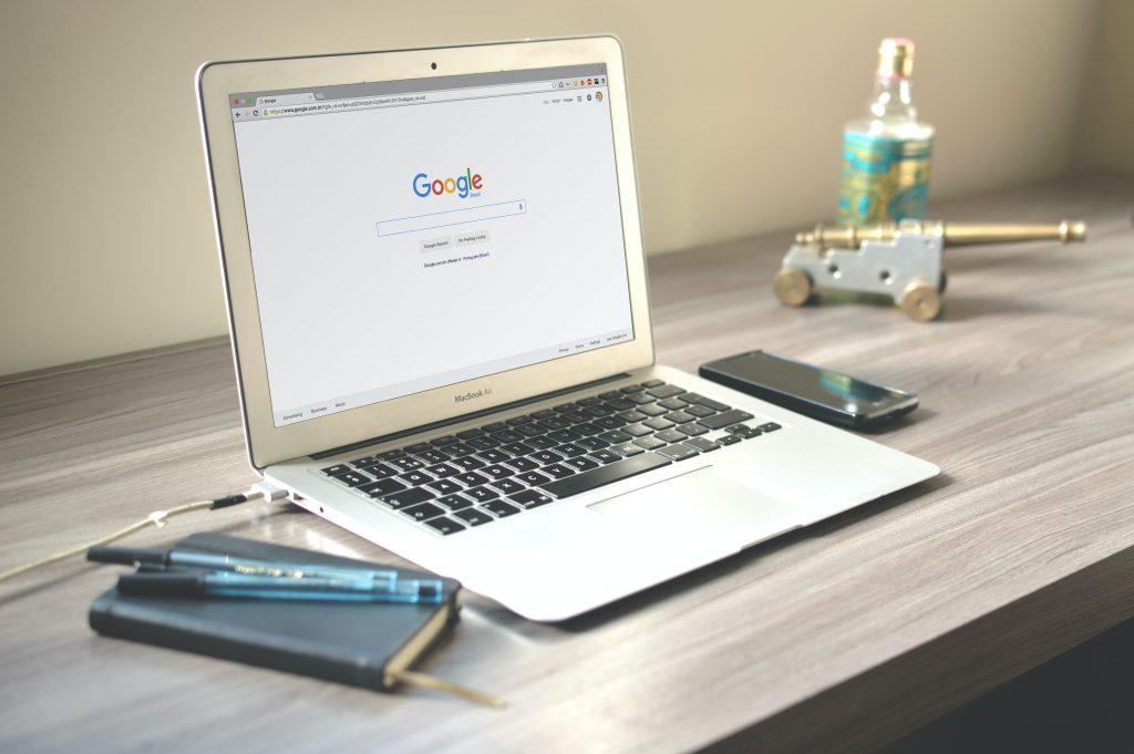 agentie it- smartphone and macbook
